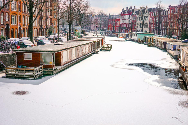 Bevroren gracht in Amsterdam
